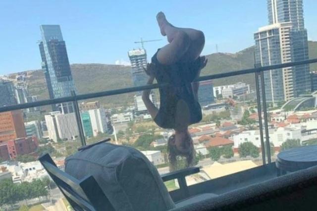 Liều lĩnh thể hiện động tác yoga ở mép ban công, cô gái rơi chúc đầu xuống từ tầng 6 - 1