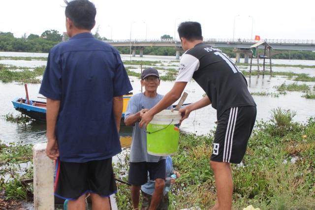 Người dân gạt bèo gánh cá đặc sản chạy mưa bão - 1