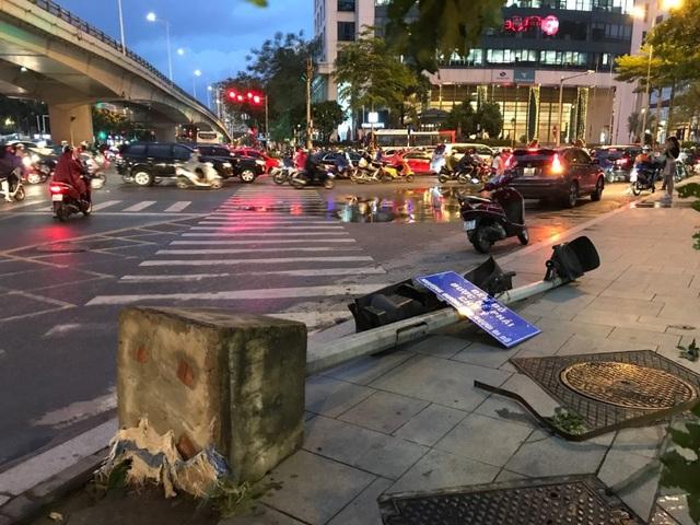 Hà Nội: Cây xanh đổ ngổn ngang, chèn bẹp ô tô, đè chết người trong giông lốc khủng - 14