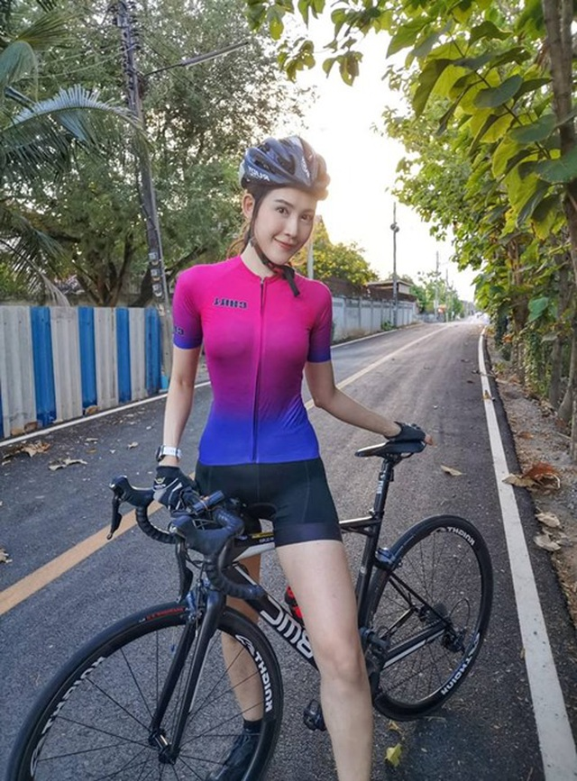 Nữ thần đạp xe Thái Lan trắng như bông bưởi, cơ bụng cuộn múi - 7