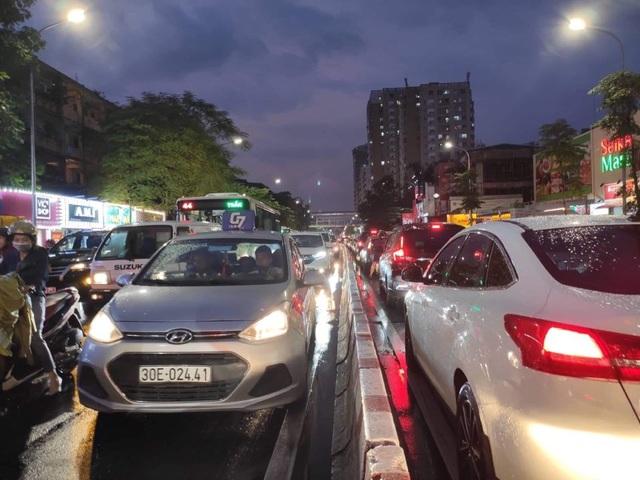 Hà Nội: Cây xanh đổ ngổn ngang, chèn bẹp ô tô, đè chết người trong giông lốc khủng - 19