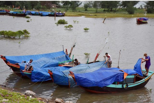 Ngư dân Hà Tĩnh chạy đua thời gian đưa tàu thuyền vào âu tránh bão - 1