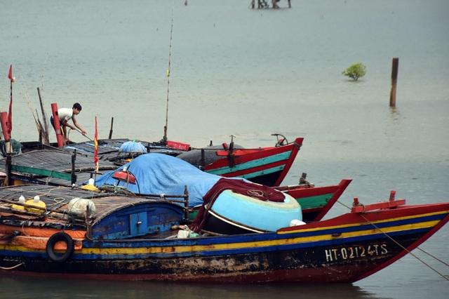 Ngư dân Hà Tĩnh chạy đua thời gian đưa tàu thuyền vào âu tránh bão - 2