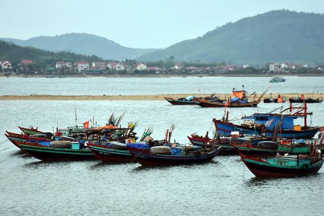 Ngư dân Hà Tĩnh chạy đua thời gian đưa tàu thuyền vào âu tránh bão - 6