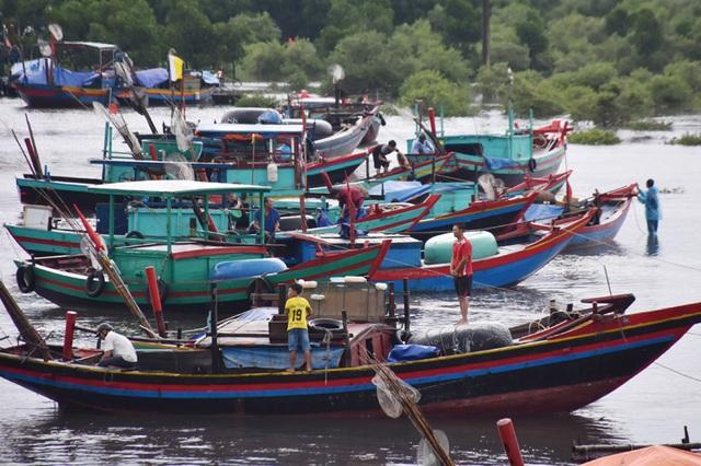 Ngư dân Hà Tĩnh chạy đua thời gian đưa tàu thuyền vào âu tránh bão - 5