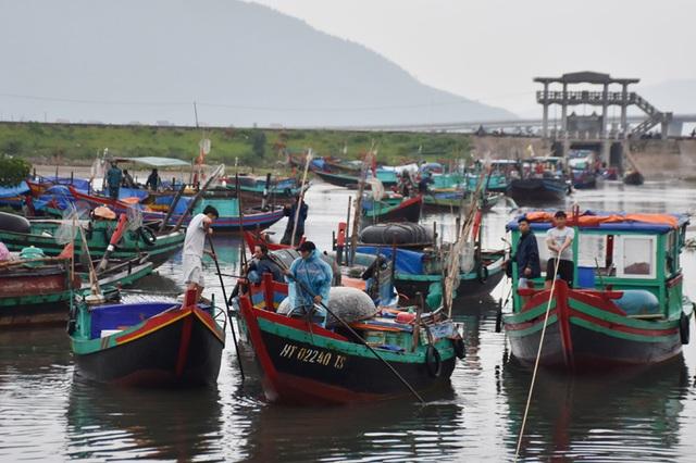 Ngư dân Hà Tĩnh chạy đua thời gian đưa tàu thuyền vào âu tránh bão - 8