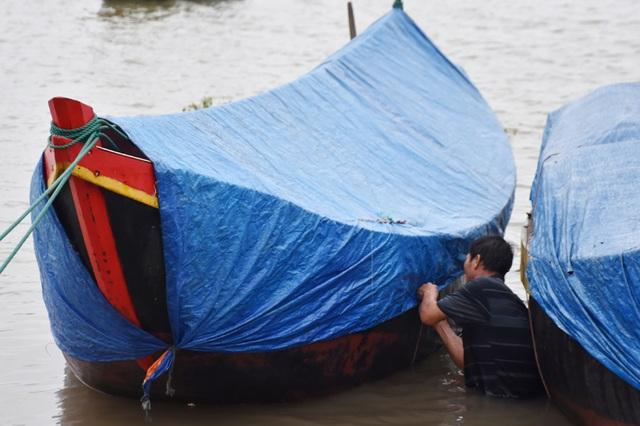 Ngư dân Hà Tĩnh chạy đua thời gian đưa tàu thuyền vào âu tránh bão - 4