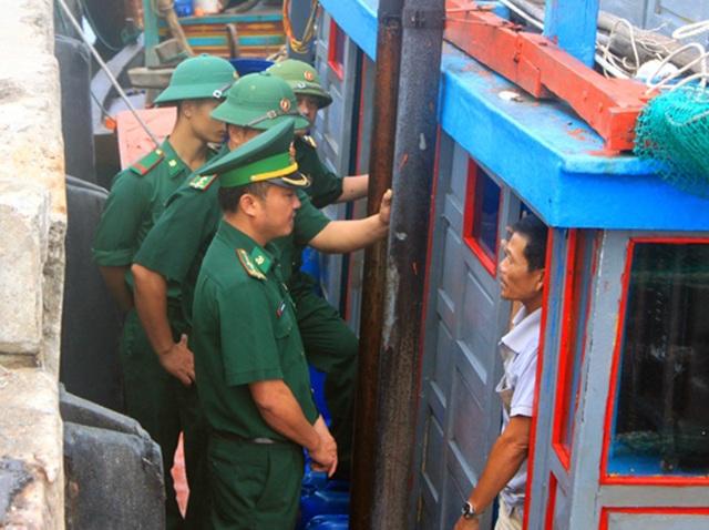 Ngư dân Hà Tĩnh chạy đua thời gian đưa tàu thuyền vào âu tránh bão - 9