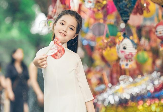 Bé gái 8 tuổi xinh như thiên thần dạo phố mùa Trung thu - 9