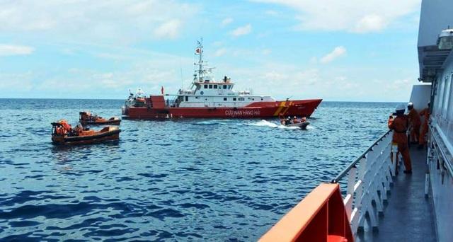Cứu sống 10 thuyền viên bị chìm tàu trên biển trong bão số 4 - 3
