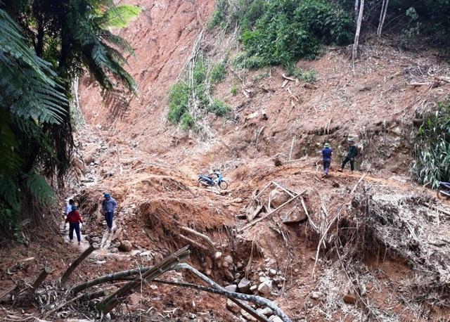 Di dời khẩn cấp hàng chục hộ dân trước nguy cơ sạt lở đất sau bão số 4 - 1