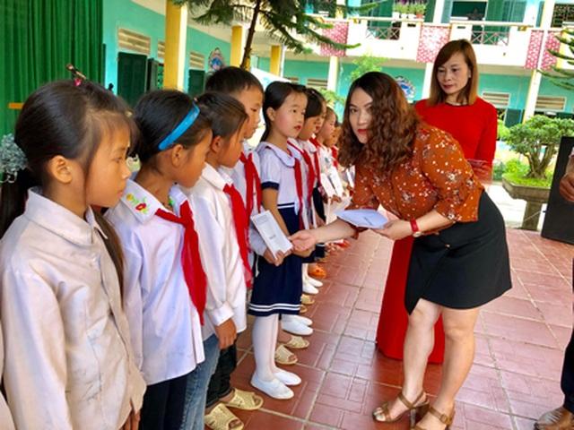 Hà Giang: Hàng trăm em học sinh vui mừng đón nhận lớp học mới trước ngày khai giảng - 11