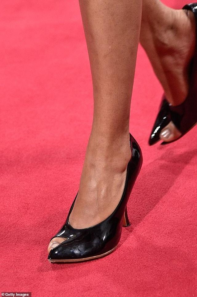 Lạ lẫm mẫu giày khoe ngón chân cái đang gây sốt trong giới thời trang - Ảnh minh hoạ 2