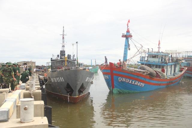 Cứu hộ tàu cá hỏng máy cùng 14 thuyền viên vào bờ an toàn - 3