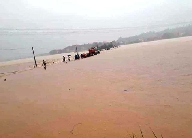 Ô tô chở 60 nữ công nhân liều mạng vượt dòng nước lũ - 1