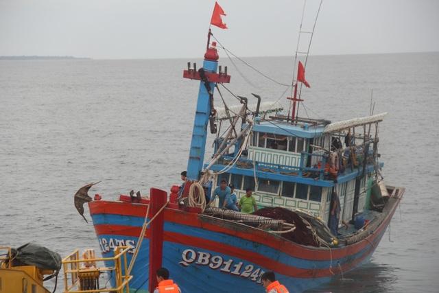 Cứu hộ tàu cá hỏng máy cùng 14 thuyền viên vào bờ an toàn - 2