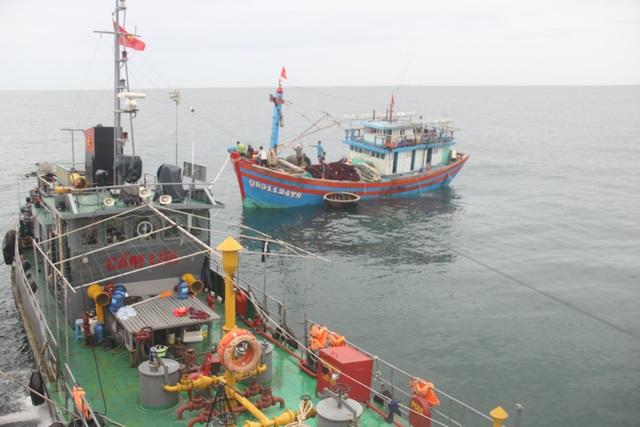 Cứu hộ tàu cá hỏng máy cùng 14 thuyền viên vào bờ an toàn - 1