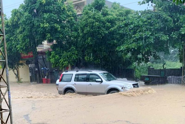Thanh Hóa nhiều nơi ngập lụt, có chỗ nước lũ dâng cao cả mét - 3