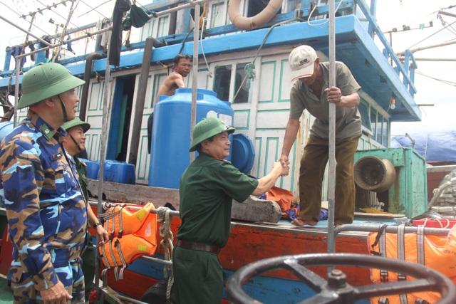 Cứu hộ tàu cá hỏng máy cùng 14 thuyền viên vào bờ an toàn - 4