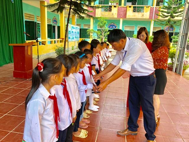 Hà Giang: Hàng trăm em học sinh vui mừng đón nhận lớp học mới trước ngày khai giảng - 10