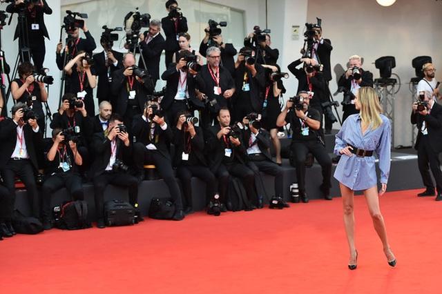 Candice Swanepoel mặc áo quên quần dự LHP Venice - 5