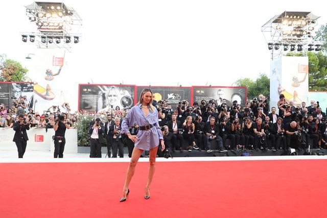 Candice Swanepoel mặc áo quên quần dự LHP Venice - 9