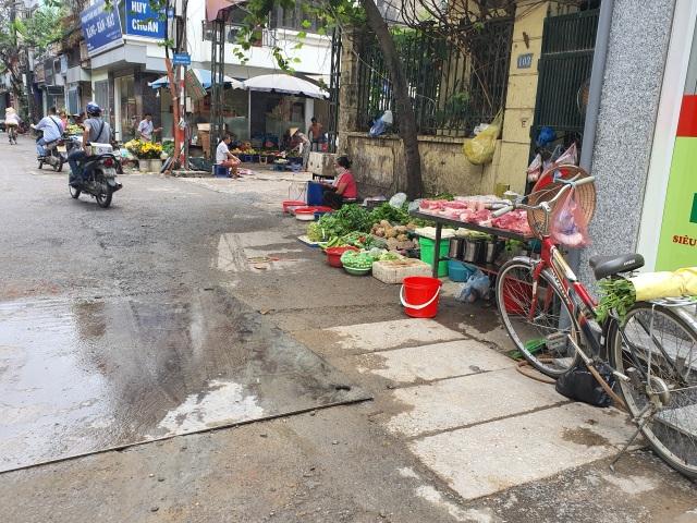 Mùi ô nhiễm nồng nặc, quán cháo lòng gần công ty Rạng Đông vẫn chật kín khách - 4