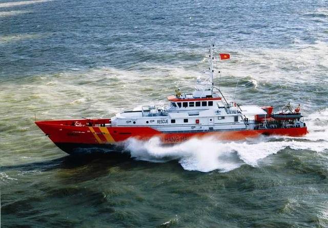 Cứu sống 10 thuyền viên bị chìm tàu trên biển trong bão số 4 - 1