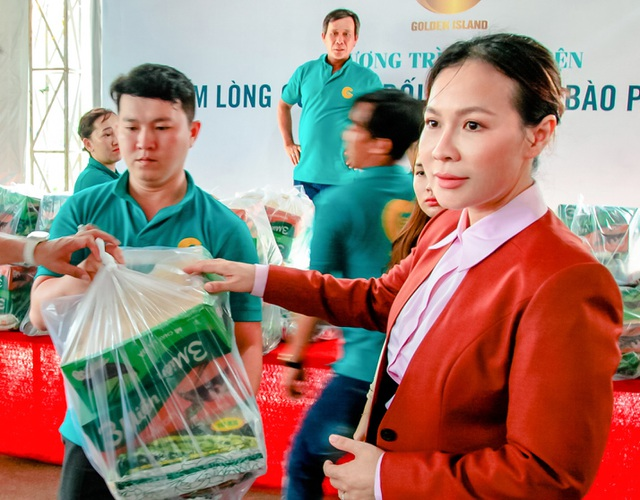 Công ty BĐS Đảo Vàng trao 600 phần quà cho đồng bào bị thiệt hại do lũ lụt - 1