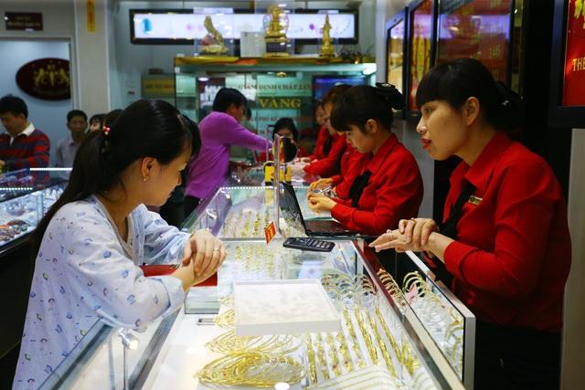 Dồn dập tăng cao, giá vàng vọt lên đỉnh mới - 1