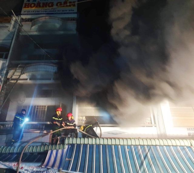 Cháy cửa hàng quần áo, 4 người nhảy từ tầng 3 xuống đất thoát thân - 1