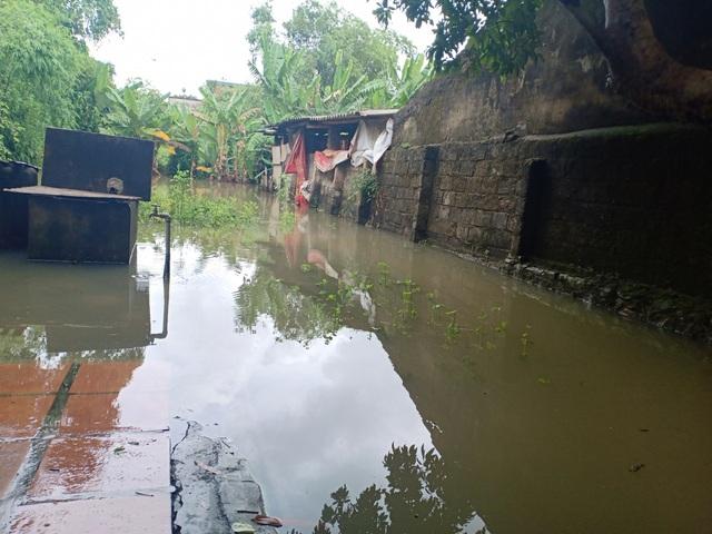 Dân thành phố khốn khổ vì... lội nước ngập - 2
