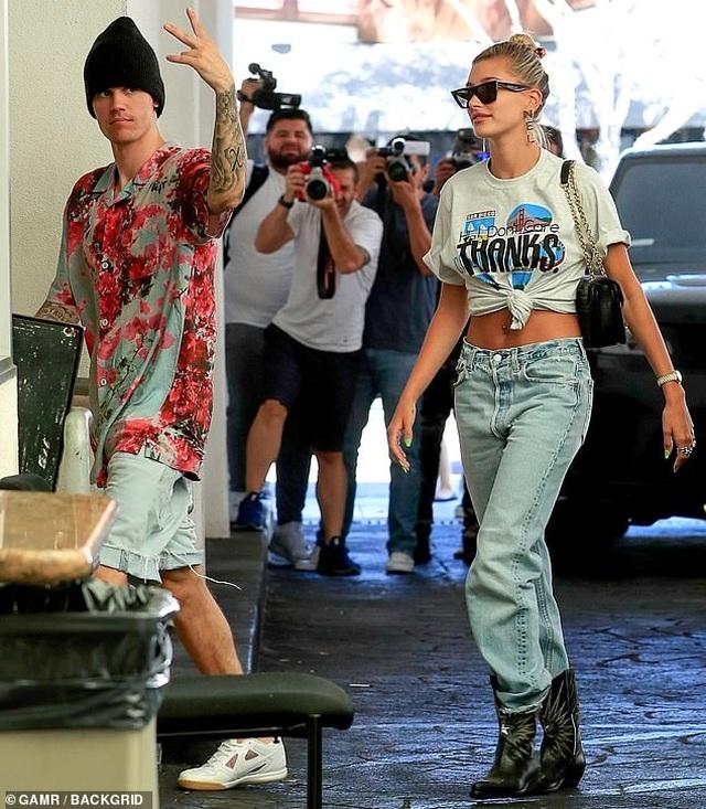 Vợ chồng Justin Bieber dạo phố bằng siêu xe sành điệu - 1
