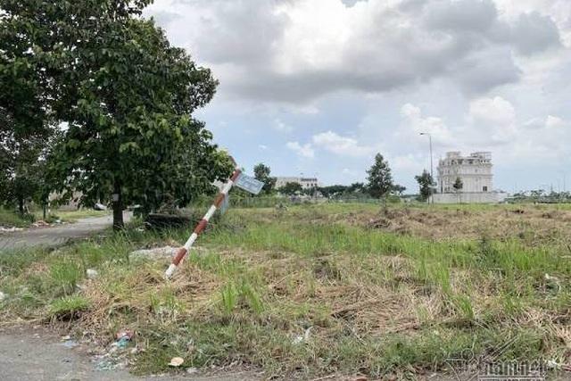 Chuyện lạ ở TP.HCM: Nơi giá đất 300 triệu đồng/m2, biệt thự xây dở không người ở - 9