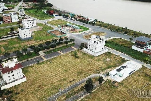 Chuyện lạ ở TP.HCM: Nơi giá đất 300 triệu đồng/m2, biệt thự xây dở không người ở - 1