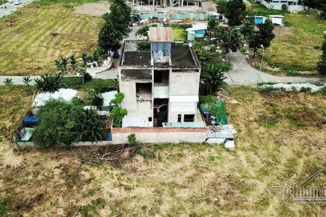 Chuyện lạ ở TP.HCM: Nơi giá đất 300 triệu đồng/m2, biệt thự xây dở không người ở - 3
