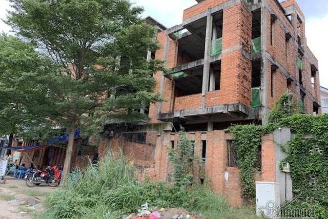 Chuyện lạ ở TP.HCM: Nơi giá đất 300 triệu đồng/m2, biệt thự xây dở không người ở - 4