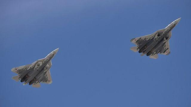 """Màn nhào lộn xoáy trôn ốc của """"bóng ma bầu trời"""" Su-57 Nga - 1"""