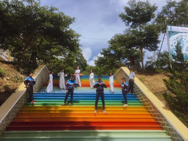 """Ngôi trường ở Lâm Đồng có cầu thang """"sống ảo"""" hút dân mạng - 1"""