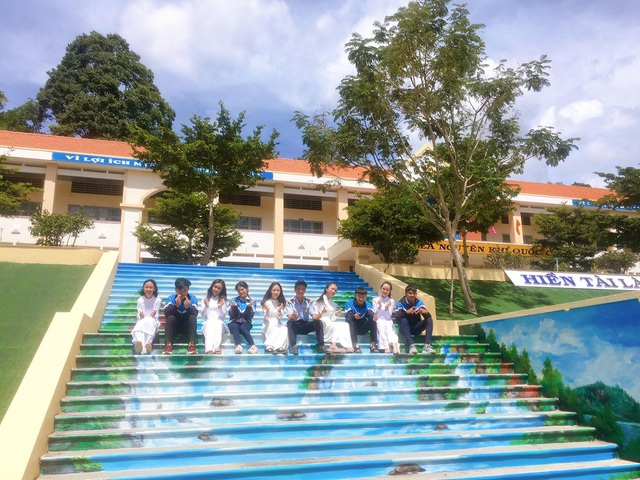 """Ngôi trường ở Lâm Đồng có cầu thang """"sống ảo"""" hút dân mạng - 2"""