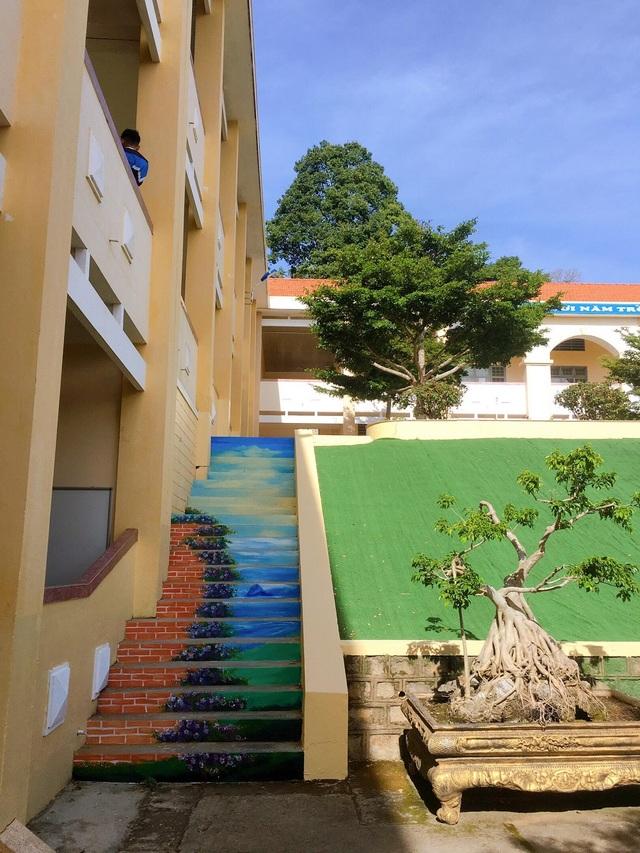 """Ngôi trường ở Lâm Đồng có cầu thang """"sống ảo"""" hút dân mạng - 6"""