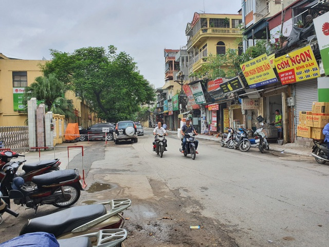 Vụ cháy Cty Rạng Đông, người dân đã phải đi chợ xa mua thực phẩm, nước sạch về dùng - 1