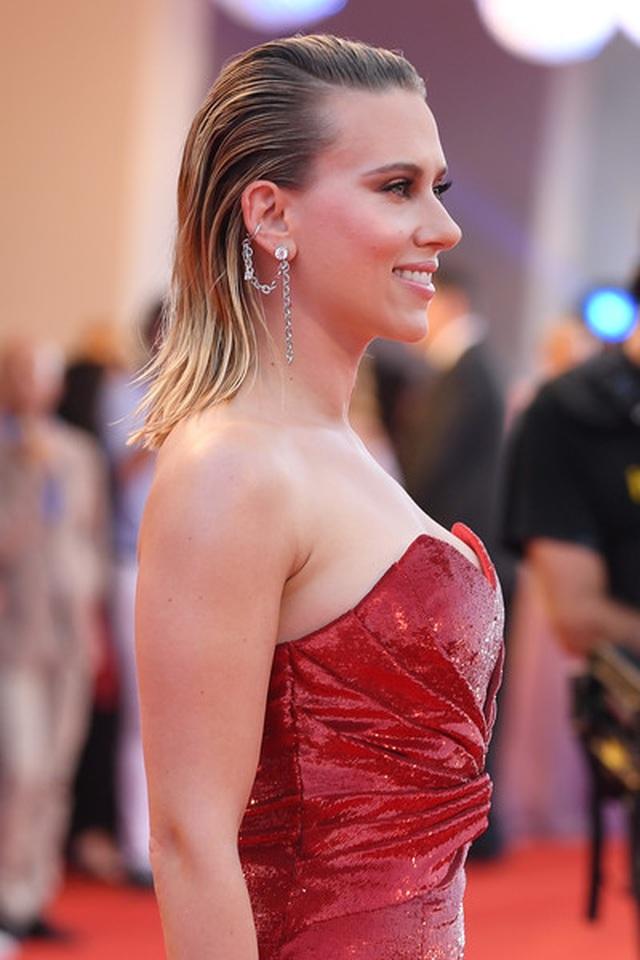 Scarlett Johansson lộ hình xăm khủng trên lưng - 4