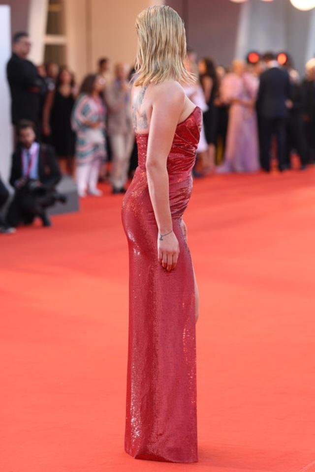 Scarlett Johansson lộ hình xăm khủng trên lưng - 5