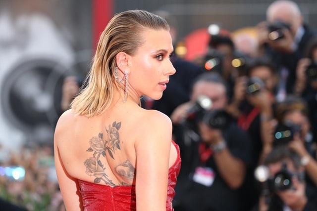 Scarlett Johansson lộ hình xăm khủng trên lưng - 1