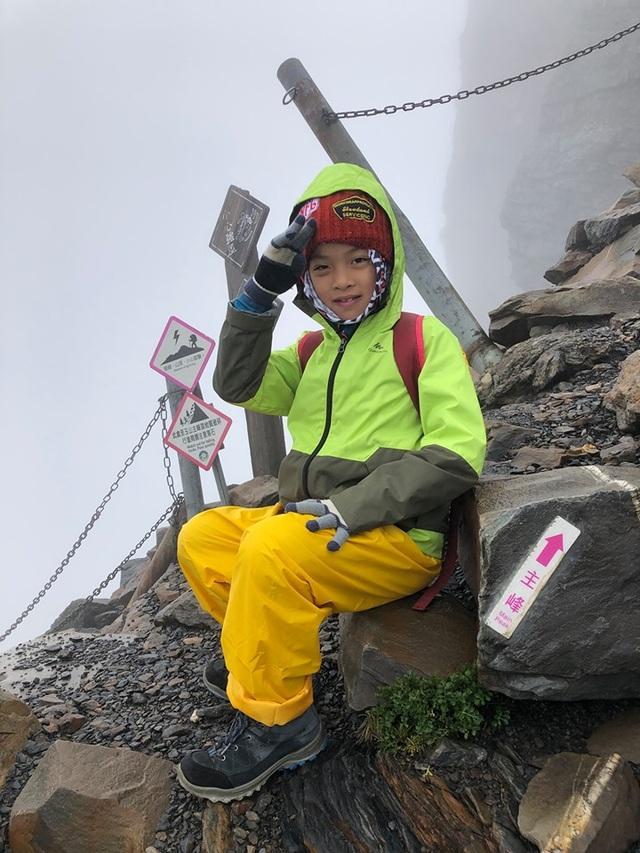 Thực hiện lời hứa với mẹ, bé 8 tuổi chinh phục đỉnh núi cao 3952 mét - Ảnh minh hoạ 4