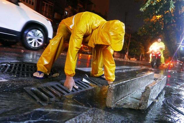 Phố cổ Hà Nội ngập sau cơn mưa lớn - 8