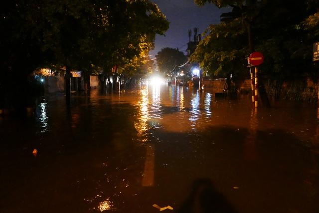 Phố cổ Hà Nội ngập sau cơn mưa lớn - 3