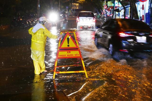 Phố cổ Hà Nội ngập sau cơn mưa lớn - 4