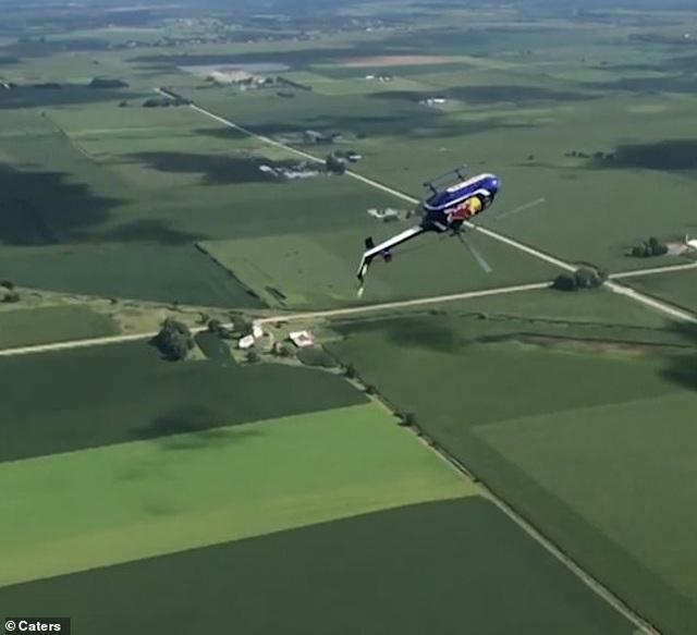 Thót tim cảnh trực thăng Mỹ biểu diễn màn lộn ngược rồi rơi tự do - 1